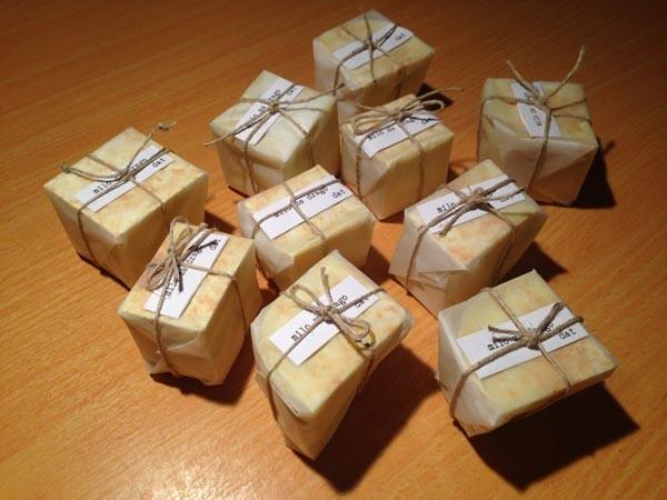 Če posušeno milo še lično zavijete, je lahko tudi krasno darilce!
