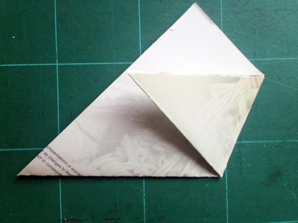 2) Desno uho trikotnika zapognemo do levega roba, ...
