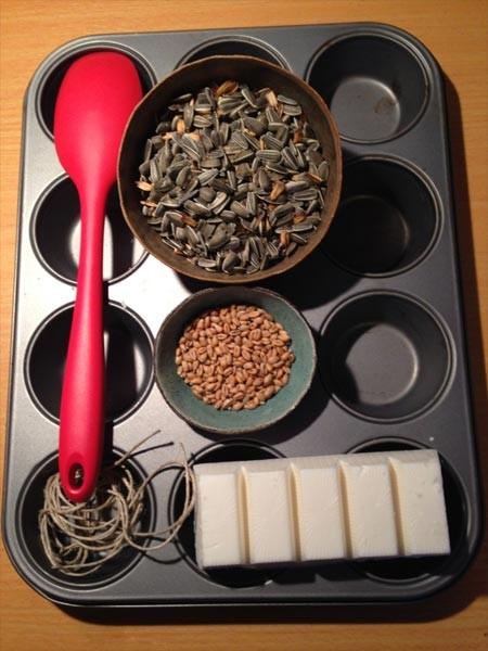V ptičjo pogačo lahko zmešamo semena ali oreške, ki jih imamo trenutno na zalogi.