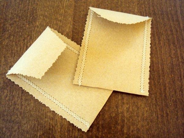 Vrečke lahko popestrimo s pisanimi šivi, zanimivimi napisi ali nalepkami