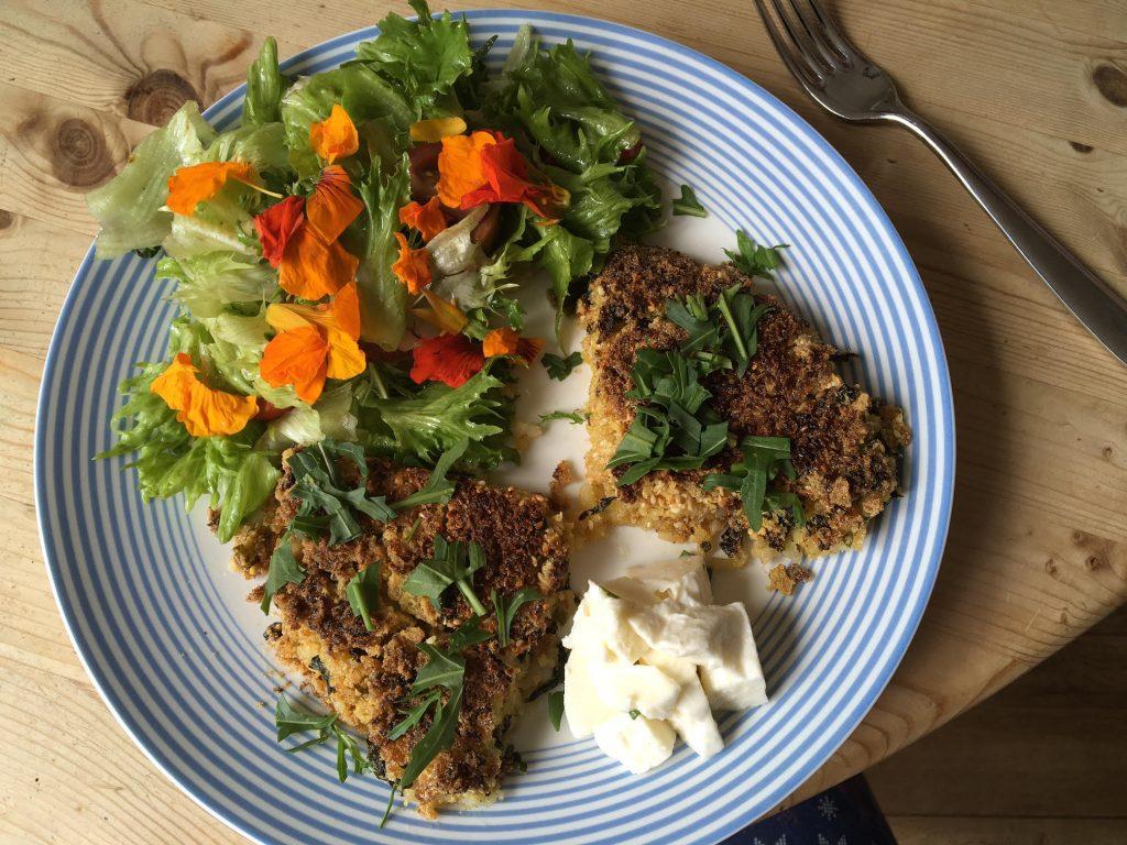 Riževi polpeti z mocarelo, koruznim zdrobom in mešano solato.